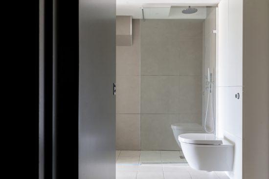 bathroom at bankside lofts aprtment se1